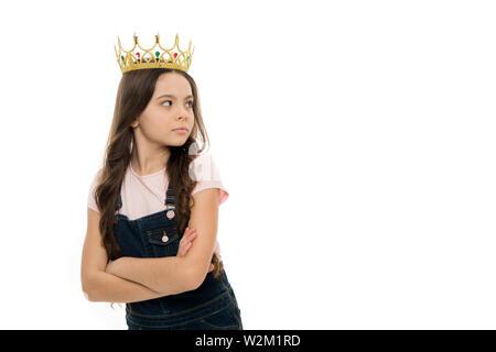 Personne n'est égal à moi. Concept de la fierté. Symbole de la couronne d'or d'usure pour enfants princesse. Toutes les filles rêvent de devenir princesse. Petite fille porter couronne arrière-plan blanc. Enfant gâté. La princesse égocentrique. Banque D'Images