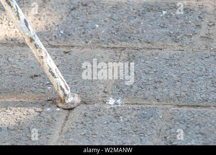 Image abstraite d'un et patiné rouillé métal extérieur isolé sur une surface rugueuse de droit au format paysage with copy space Banque D'Images