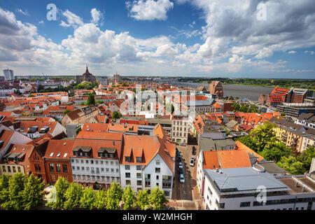 Rostock, Allemagne. Aerial cityscape image de Rostock (Allemagne) au cours de la journée d'été ensoleillée. Banque D'Images