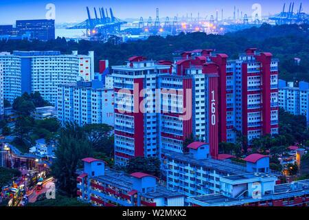 Singapour, le logement public et port commercial..le logement public à Singapour est géré par le Conseil du développement et de l'habitation (HDB) au titre du personnel temporaire Banque D'Images