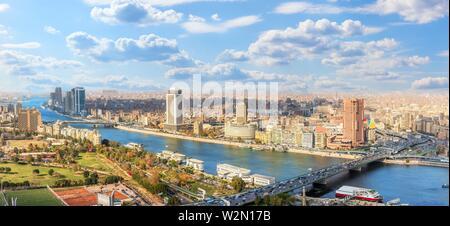 Le centre-ville du Caire, vue panoramique sur le Nil et les ponts. Banque D'Images
