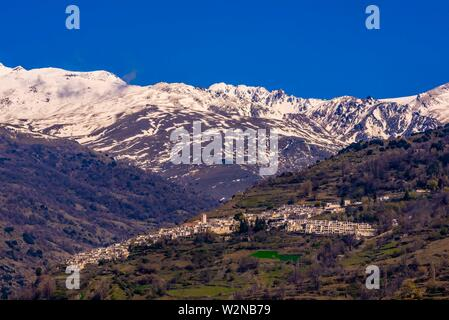 Capileira, Las Alpujarras, Province de Grenade, Andalousie, espagne. C'est le deuxième plus haut village d'Espagne. Les montagnes de la Sierra Nevada sont à la Banque D'Images