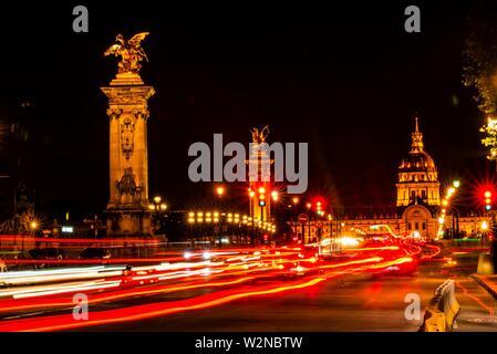Troubles de la circulation, le Pont Alexandre III (bridge) de l'autre côté de la Seine avec derrière l'Hôtel des Invalides. Le pont est le plus décorés dans la ville et Banque D'Images
