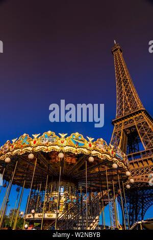 Un portrait d'un carrousel et la Tour Eiffel, la célèbre tour en treillis en fer forgé qui est le plus célèbre monument de Paris, France.