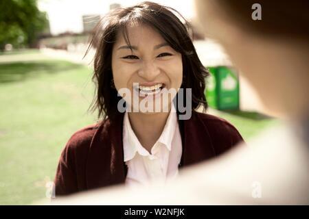 Happy Asian woman smiling at homologue, dans la région de Frankfurt am Main, Allemagne