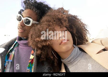 La mode jeune couple de race mixte reposant sur l'autre, à Paris, France