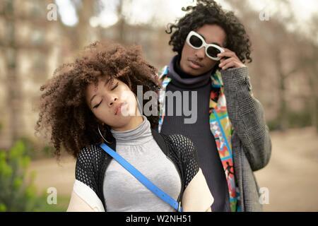 Jeune couple, à Paris, France Banque D'Images