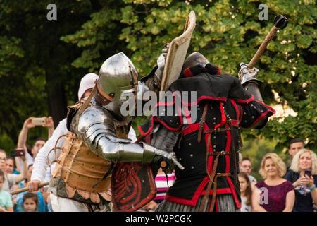 Nis, Serbie - 15 juin. 2019 Deux chevaliers guerrier avec arme et la lutte contre le port du casque sur le champ de bataille. Reconstruction de batailles knight sur le festival