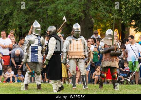 Nis, Serbie - 15 juin. 2019 Festival de la culture militaire médiévale. Reconstruction de Knight batailles. Un groupe de chevaliers de la préparation pour le groupe lutte