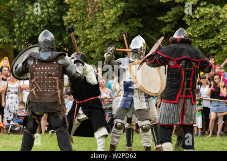 Nis, Serbie - 15 juin. 2019 sautoir en batailles de groupe avec des épées et d'armes de fer en armure protectrice et un casque. Reconstruction de combat du cavalier