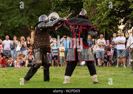Nis, Serbie - 15 juin. 2019 Deux grands chevaliers en armure protectrice combats sur le champ de bataille. Reconstruction de batailles knight sur le festival