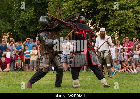 Nis, Serbie - 15 juin. 2019 deux combats de chevalier sur le champ de bataille. Reconstruction de Knight a eu sur le festival avec le public. Close up