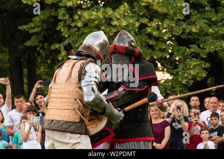 Nis, Serbie - 15 juin. 2019 Deux chevaliers en armure de protection et le casque se battre sur le champ de bataille. Reconstruction de batailles knight sur le festival