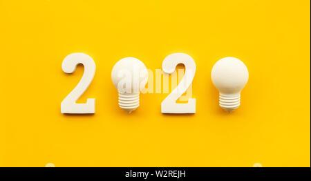 2020 La créativité des concepts d'inspiration avec texte nuber et ampoule électrique sur un fond de couleur.résolution d'affaires,idées plan d'action contenu rougeoyant. Banque D'Images