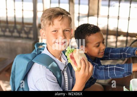 Petits enfants déjeunant en plein air Banque D'Images