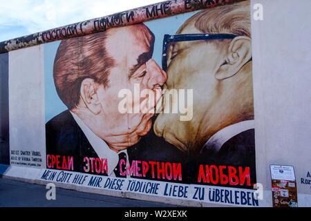 East Side Gallery Memorial, artiste Dimitrij Vroubel, Leonid Breschnew kiss entre frère et Erich Honecker, Berlin, Allemagne Banque D'Images