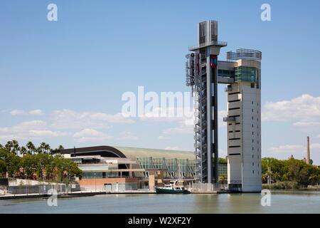 Site de l'Expo 92 avec Torre Schindler à la rivière Guadalquivir, Isla de la Cartuja, à Séville, Andalousie, Espagne Banque D'Images