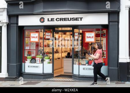Boutique Le Creuset ou store front, distributeur français de cuisine, mieux connu pour en fonte émaillée de couleur de cuisine, UK Banque D'Images