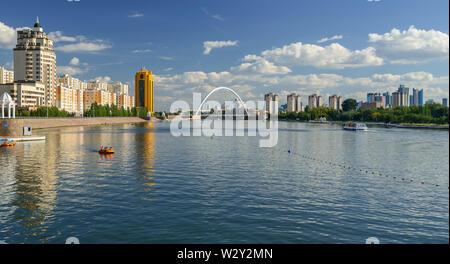 Quai de la rivière Ichim à Astana. 'Pont' Karaotkel Ramstore (). /Astana, Kazakhstan - 1 septembre 2013: Les gens monter sur les bateaux de plaisance et voile Banque D'Images