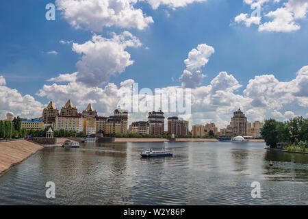 Quai de la rivière Ichim à Astana. /Astana, Kazakhstan - jule 5, 2014: Bateaux de plaisance croisière le long de la rivière. Banque D'Images