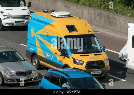 Une vitesse de l'appareil photo de l'application de la police du Lancashire van voyageant dans les embouteillage sur l'autoroute M6 près de Lancaster Banque D'Images