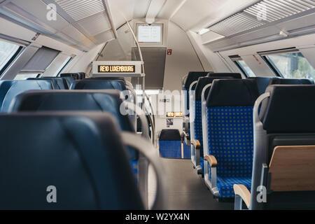 La Ville de Luxembourg, Luxembourg - 18 mai 2019: rangées de sièges vides à l'intérieur de ligne moderne train reliant la ville de Luxembourg 10 avec le nord du pays, Banque D'Images