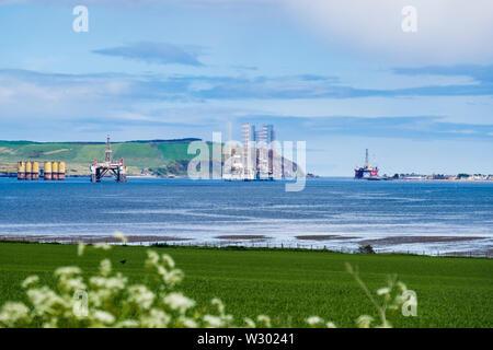 Redondant et désaffecté le pétrole de la mer du Nord riggs / plateformes de forage offshore stockées dans l'Estuaire de Cromarty. Black Isle Cromarty Highland Ecosse Royaume-Uni Grande-Bretagne