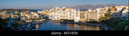 Vue panoramique de Agios Nikolaos, en Crète, en soirée Banque D'Images
