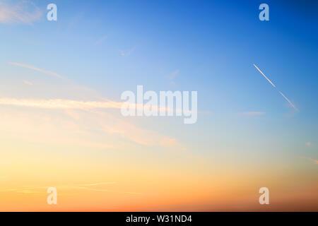 De couleur orange et bleu ciel juste avant le lever du soleil d'été. Belle aube skyscape. Clear Sky paradise. Fond ciel calme. Banque D'Images