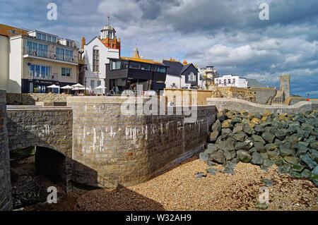 Dorset UK,,Lyme Regis,Embouchure de la rivière Lym,Gun Cliff Walk,Museum et théâtre marin Banque D'Images