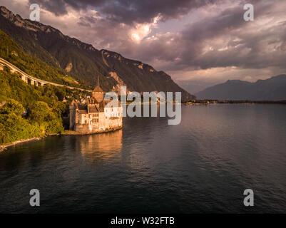 Belle vue du célèbre château de Chillon au bord du lac de Genève, l'une des principales attractions touristiques de Suisse et le plus visité des châteaux en Europe, avec cl Banque D'Images