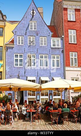 Copenhague, Danemark - 16 juin, 2019 personnes place à l'un des nombreux restaurants du front de mer du port de Nyhavn, célèbre monument touristique et entertainme