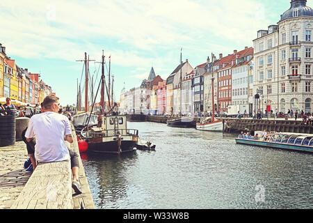 Copenhague, Danemark - 16 JUIN 2019 Vue Panoramique vue d'été de front de mer du port de Nyhavn avec ses bars et restaurants, célèbre monument touristique et entert