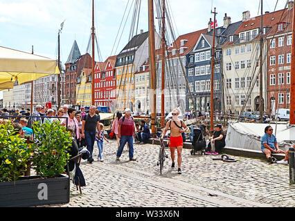 Copenhague, Danemark - 16 JUIN 2019 Vue panoramique du front de mer du port de Nyhavn avec ses bars et restaurants, célèbre monument touristique et de divertissement