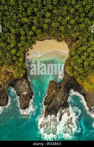 Plage épique dans le désert sur l'île tropicale de São Tomé