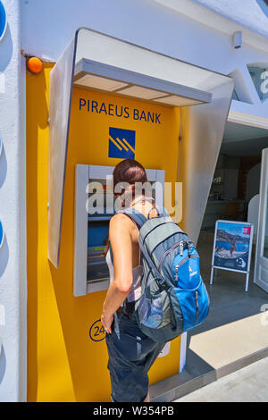 Prend de l'argent à un distributeur automatique de tourisme cash machine de Piraeus Bank à Perissa Beach près de l'aéroport et de Fira et Oia, Santorin, Grèce au 06 juin.2019. © Peter Sch Banque D'Images