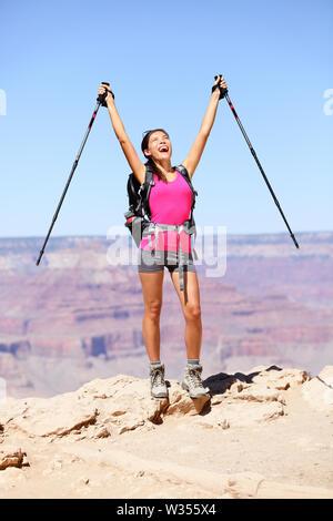 Lidia par Grand Canyon clameurs et de célébrer avec les bras levés en profitant de la magnifique paysage pittoresque. Sac à dos randonnée femme portant tenue et à l'extérieur. L'été à Grand Canyon, Arizona, USA