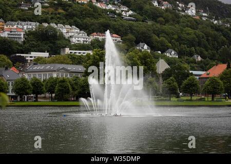 La fontaine à Lille Lungegårdsvannet (Smålungeren), un petit lac dans le centre de Bergen, Norvège, sur un jour venteux et pluvieux. Banque D'Images