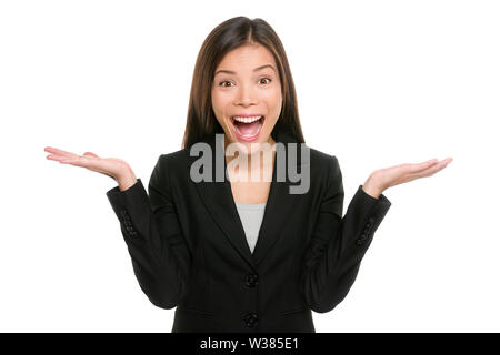 Surpris businesswoman with hands up étonné ou choqué par la tenue d'une nouvelle inattendue les paumes vers le haut pour copier l'espace et montrant l'expression heureuse. Asian mixed race woman on white background. Banque D'Images