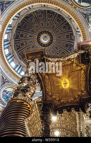 Jusqu'à la coupole de la Basilique St Pierre à l'autel avec le Bernini baldacchino au premier plan