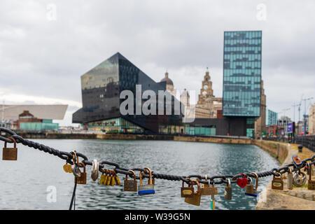 Liverpool, Royaume-Uni - 26 Avril 2019: l'amour des cadenas à la Liverpool Docks, le port de Liverpool, à la fin d'un après-midi nuageux Banque D'Images