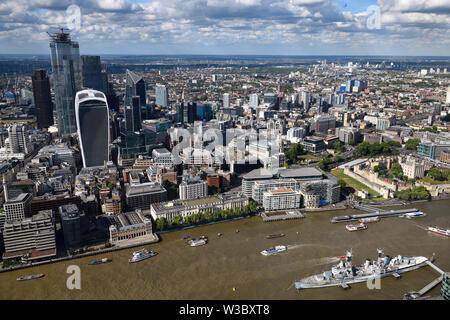 Vue aérienne du quartier des gratte-ciel sur la Tamise boueuse avec Tour de Londres Château et navire de guerre HMS Belfast Londres Angleterre Banque D'Images