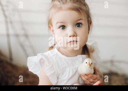 Jolie fille avec de grands beaux yeux gardant peu chick