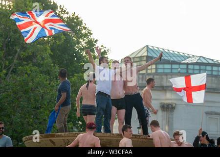 Londres, Royaume-Uni. 14 juillet 2019. Fans réunis à Trafalgar Square, au centre de Londres pour voir l'Angleterre gagner la Coupe du Monde de Cricket ICC 2019 contre la Nouvelle-Zélande. Crédit: Peter Manning/Alamy Live News