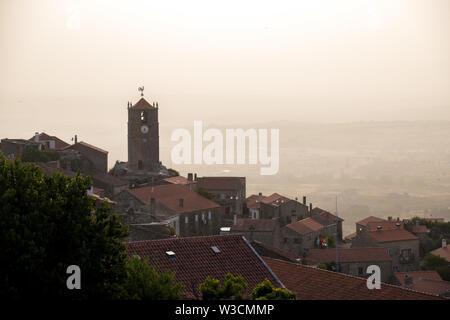 Coucher du soleil dans l'ancien village perché de Monsanto, Portugal Banque D'Images