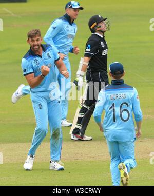 Londres, Royaume-Uni. 14 juillet, 2019. Liam Plunkett de l'Angleterre célèbre en tenant le wicket de James Neesham de la Nouvelle-Zélande au cours de la Nouvelle Zélande, l'Angleterre v ICC Cricket World Cup match final, à Lords, Londres, Angleterre. Credit: España/Alamy Live News