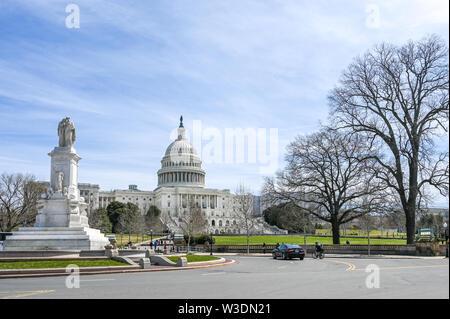 United States Capitol et la colline du Capitole vue du National Mall. Le Capitole est le siège du Congrès américain.