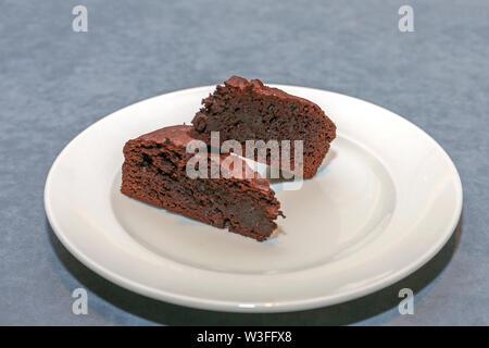 Deux morceaux de Brownies à l'assiette Banque D'Images