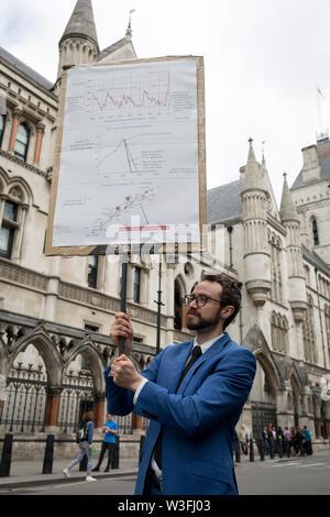 """L'environnement et du changement climatique de la rue Fleet bloc manifestants le premier jour d'une semaine de protestations à l'échelle du pays en utilisant l'aide de cinq bateaux d'arrêter le trafic à Cardiff, Glasgow, Bristol, Leeds, et à Londres, le 15 juillet 2019, à Londres, en Angleterre. Le groupe demande au gouvernement de déclarer une urgence climatique, disant que c'était un début d'été de cinq jours uprising"""" et que """"l'écocide"""" devrait être une infraction pénale en droit."""