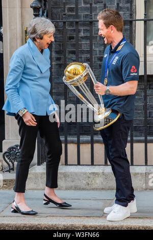 Londres, Royaume-Uni. 15 juillet, 2019. Eoin Morgan, le capitaine de l'Angleterre, présente le trophée de la Coupe du monde comme la visite de l'équipe de cricket victorieux Premier ministre Theresa peut au numéro 10 Downing Street. Crédit: Guy Bell/Alamy Live News
